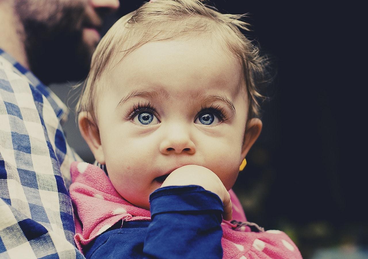 Baby Mädchen auf Arm