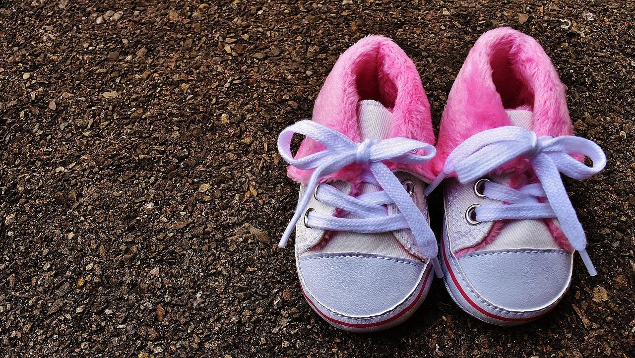 Baby Schuhe Straße Gehweg
