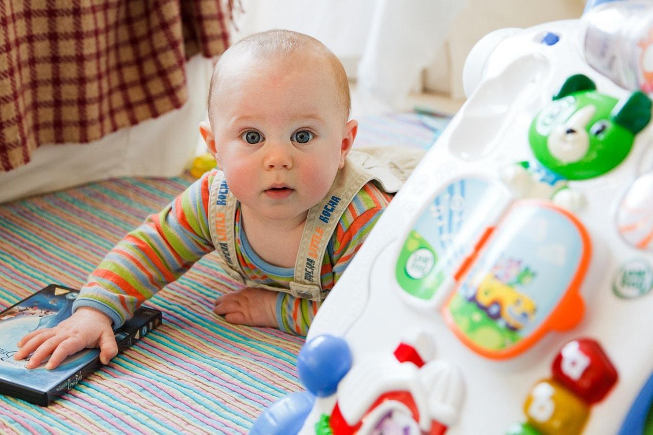 Baby beim spielen glücklich Kinderzimmer