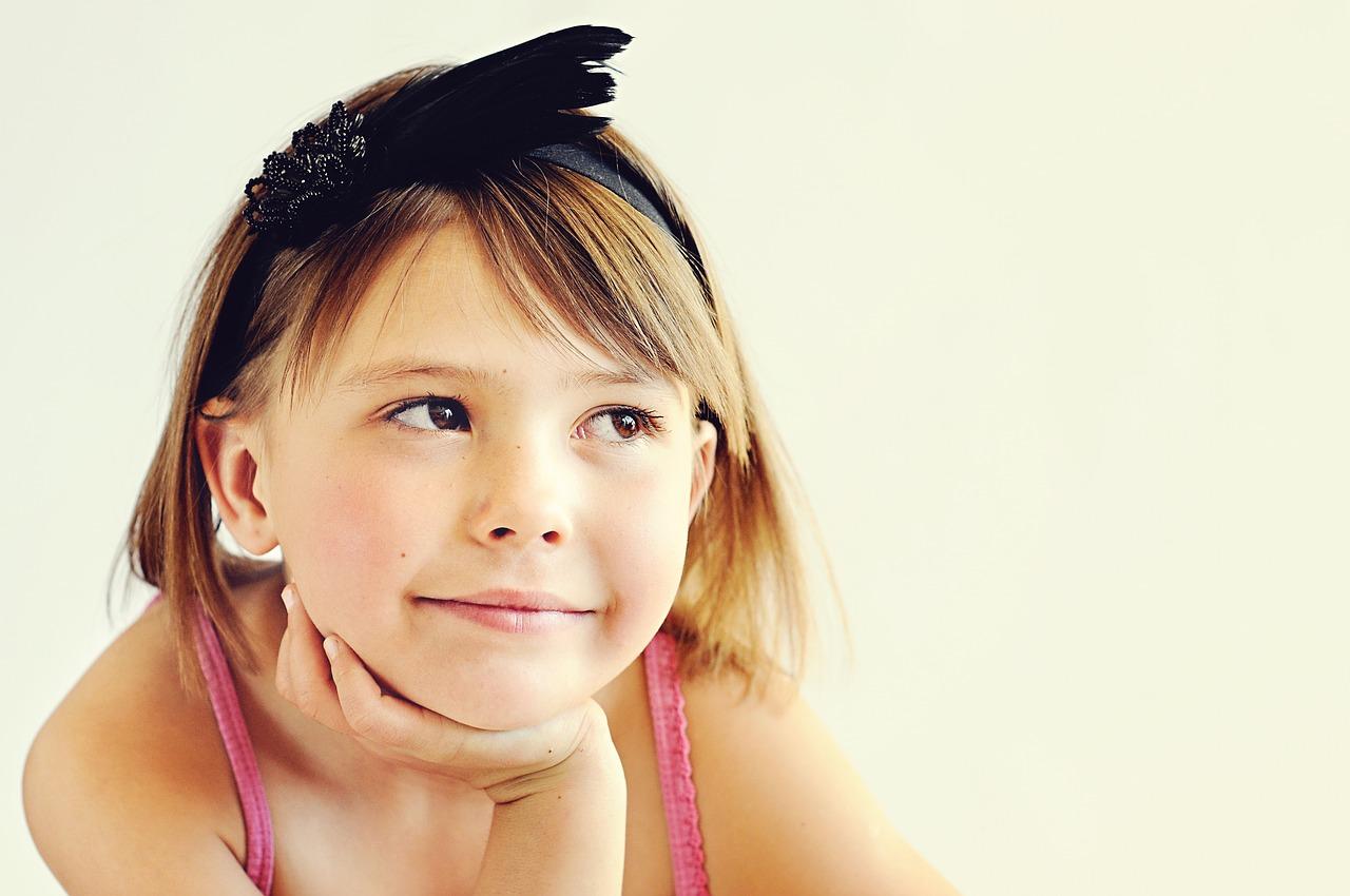 Junges Mädchen lernen Glücklich Neugierig
