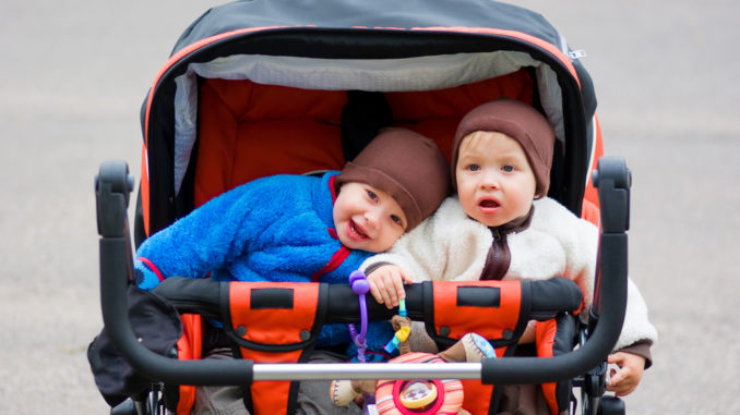 Retro-Kinderwagen für Zwillinge