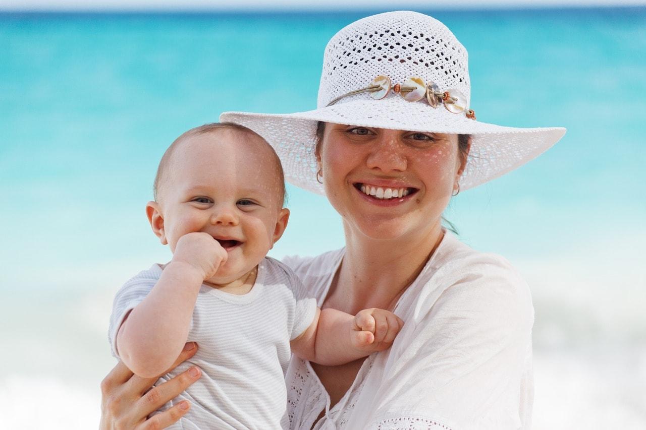 Baby auf Arm lachen