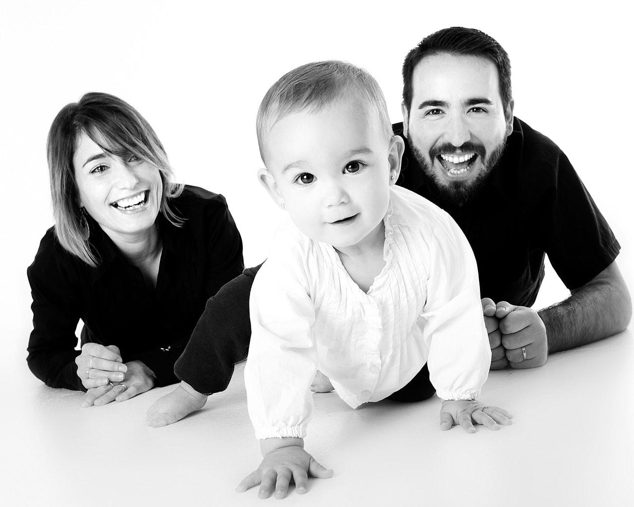 Schwarz Weiß Foto einer jungen Familie