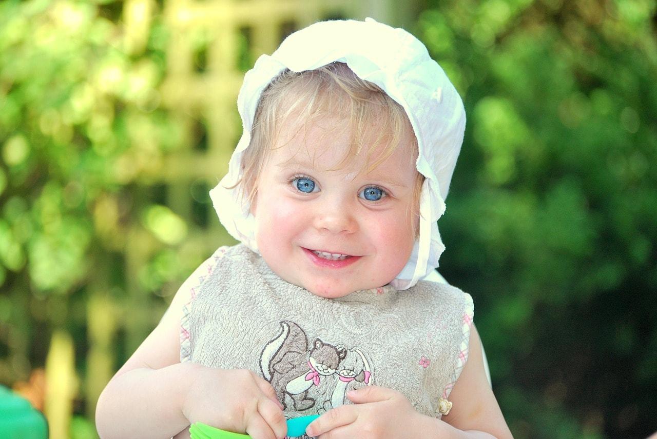 Glückliches kleines Mädchen mit Mütze