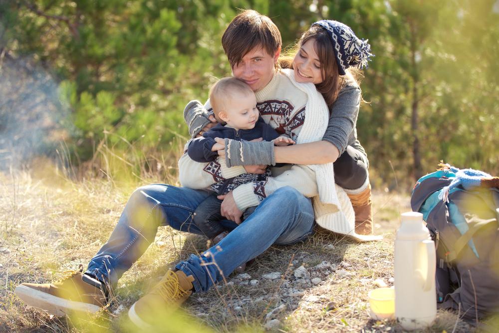 Familie auf Wanderung mit Wickelrucksack